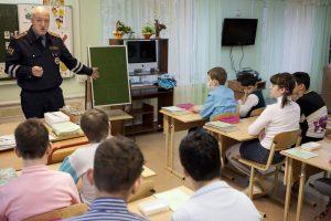 Инспектор ГИБДД проводит занятие с детьми в школе-интернате на Сколковском шоссе в Москве