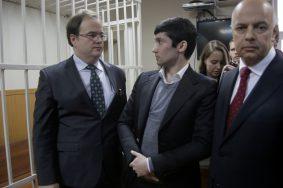 Руслан Шамсуаров в адвокатами в зале суда.