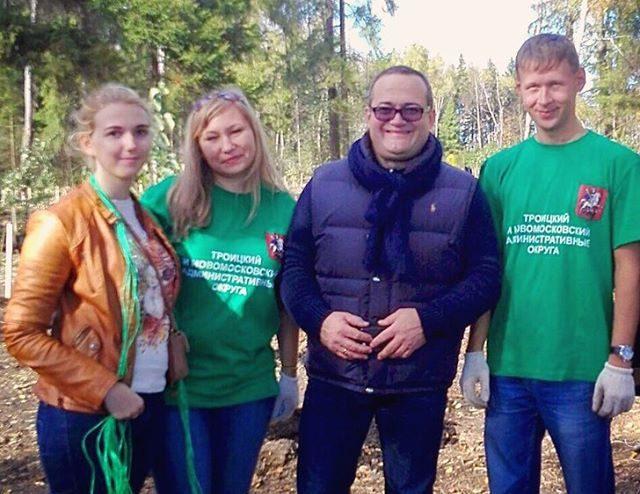 Молодые парламентарии Новой Москвы вместе с префектом приняли участие в акции «Посади дерево». Фото: социальные сети
