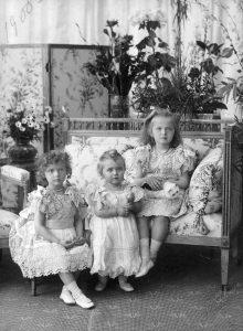 Великие княжны Татьяна , Мария и Ольга Николаевна России в 1900 году. Фотоархив Wikipedia