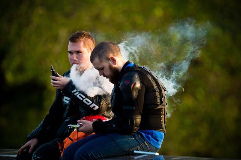 Власти Москвы планируют ограничить курение вейпов в общественных местах