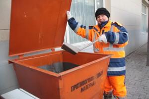 Контейнеры с противогололедной крошкой установили на остановках «Мосрентгена»