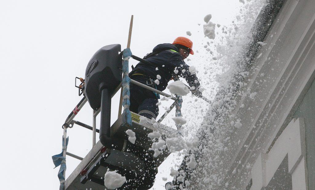 Очистка снега с кровли в новосибирске