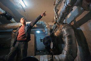 Дата: 16.09.2015, Время: 12:52 Инженер технедзора Илья Митрофанов проводит осмотр дома, в котором в рамках программы капитального ремонта будет производиться ремонт крыши и подвала