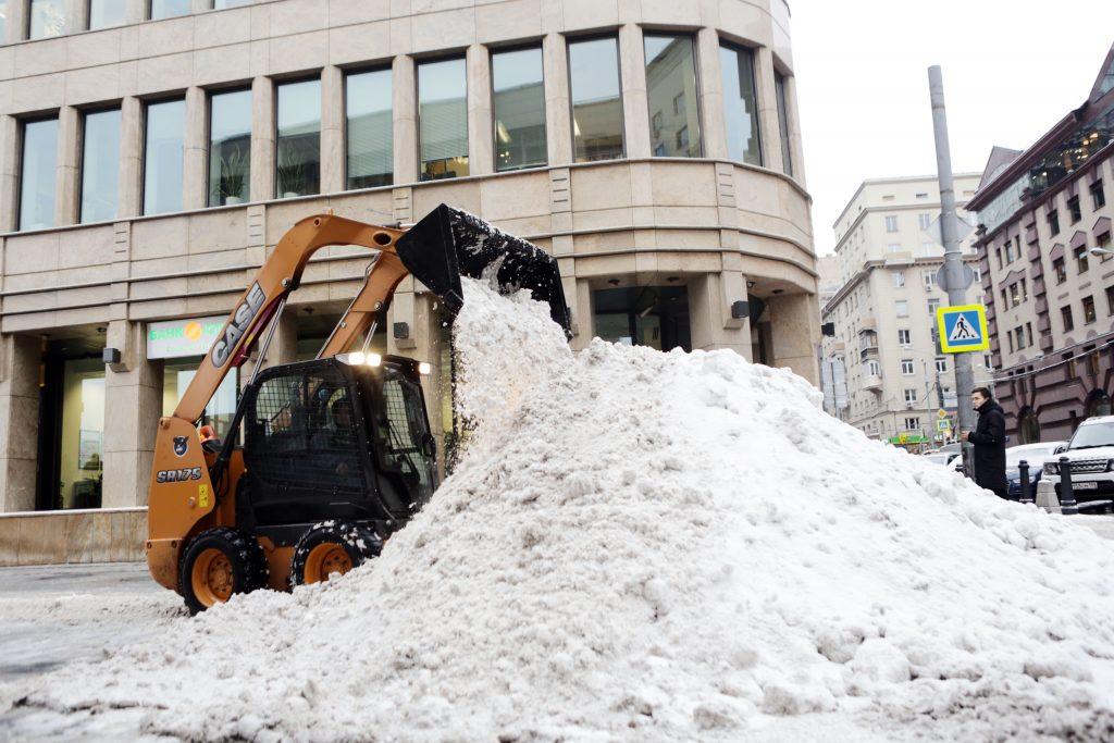 Коммунальщики устраняют последствия снегопада