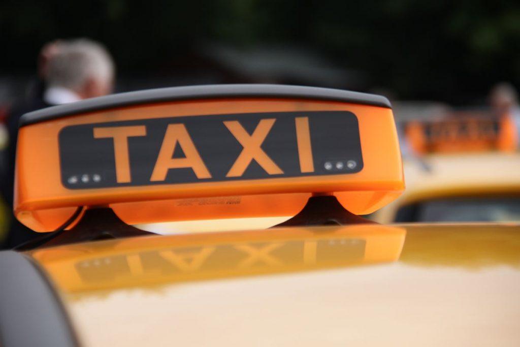 Не оплативших штрафы таксистов ждет отмена субсидий
