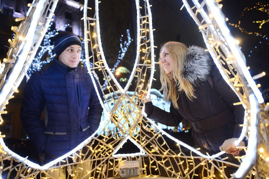 Новогоднюю атмосферу во Внуковском создадут светодиодные фонтаны и елки