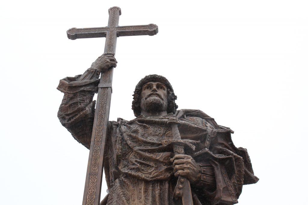 Граждане России положительно восприняли памятник князю Владимиру в Москве