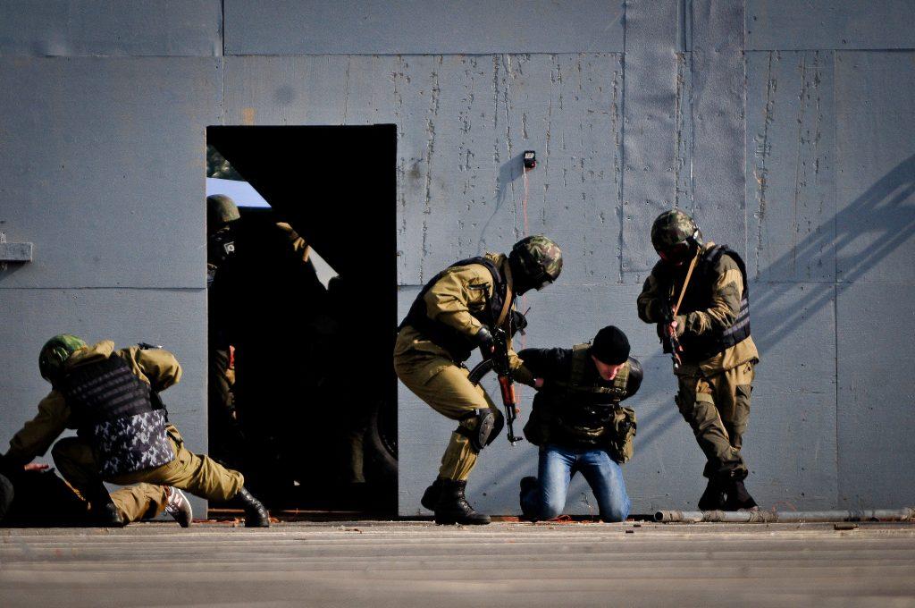 ФСБ изъяла 100 килограммов наркотика из подпольной лаборатории в Новой Москве