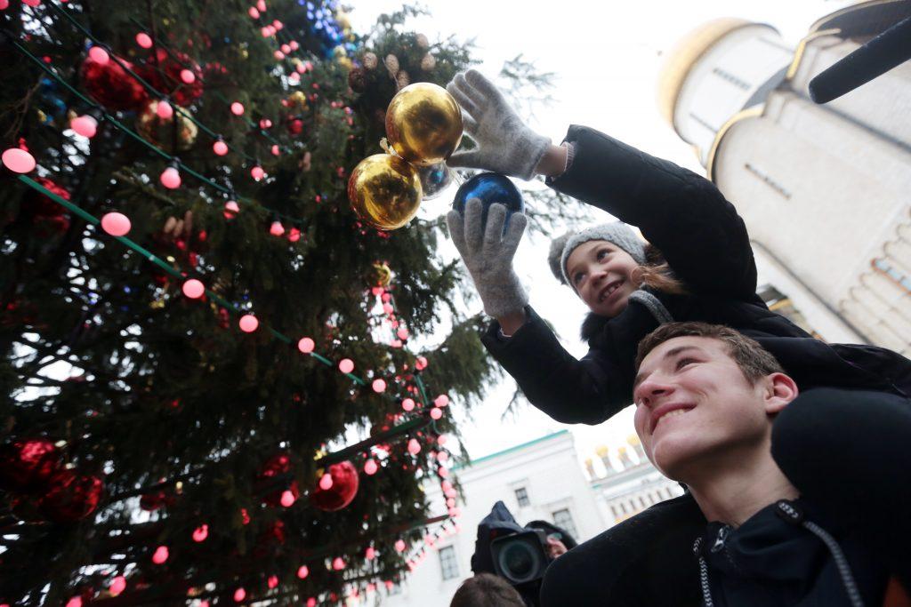 С улиц Москвы начали убирать новогодние елки