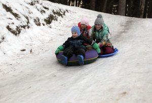 Фото: маленькие Леша Фомин с Настей и Лизой Юзвенко катаются с местной горки