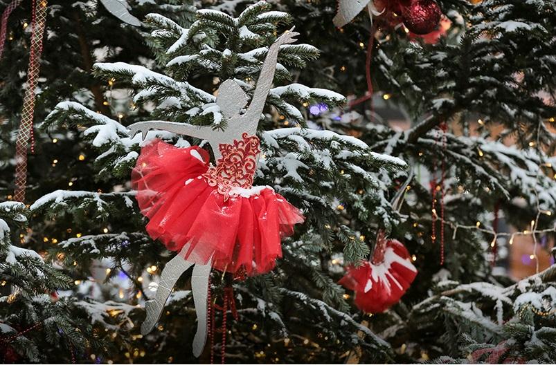 Свыше 150 живых елей установят наплощадках фестиваля «Путешествие вРождество»