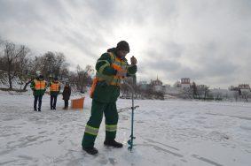 Мосводосток пускает пузыри под лед Новодевичьего пруда.