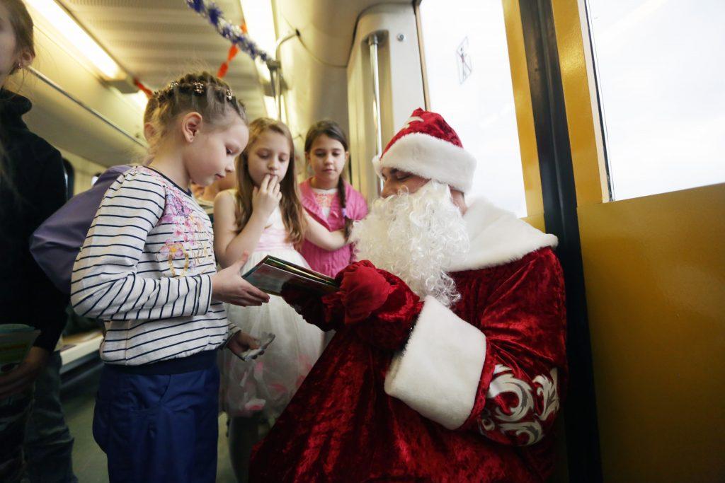 Сразу 14 Дедов Морозов поздравят москвичей на МЦК