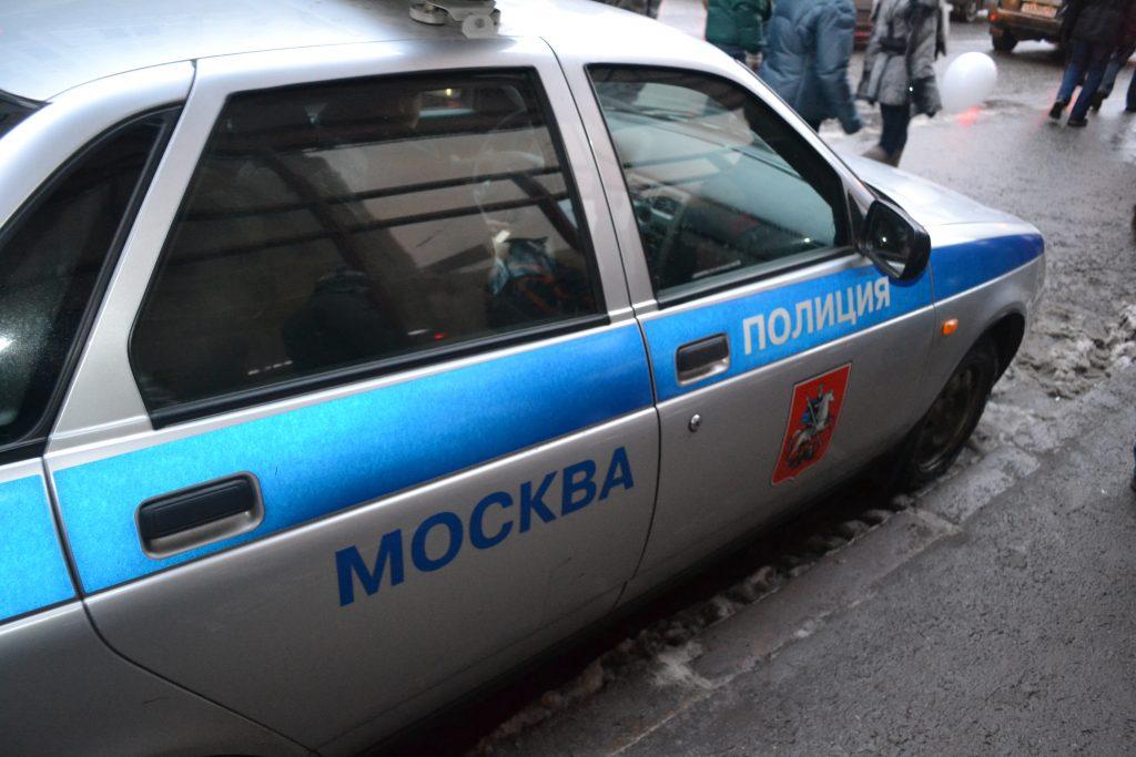 Полицейского с ножевым ранением госпитализировали в Москве
