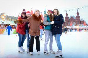 Мастер-класс по катанию на коньках, который провели для детей-сирот на катке на Красной площади.