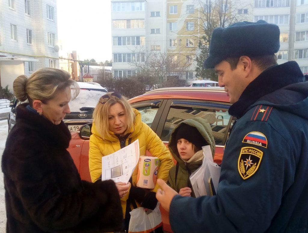 Во время рейдовых обходов горожанам напоминали о правилах пожарной безопасности. Фото: пресс-служба Управления МЧС по ТиНАО
