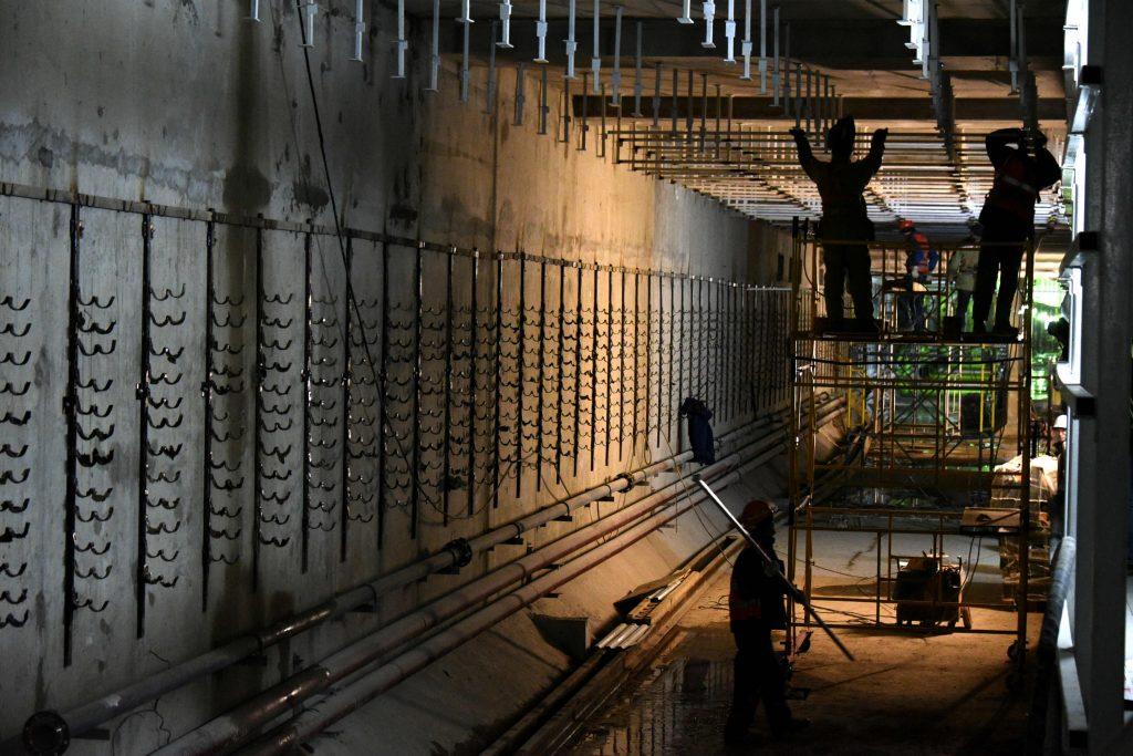 Стереоэффектом дождя украсят колонны на станции метро