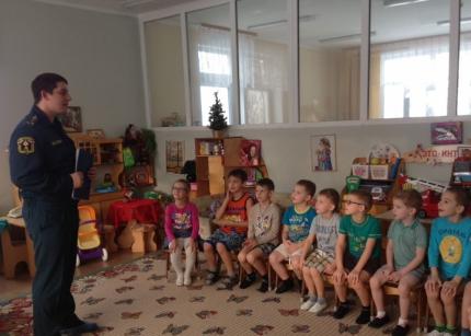 Игрушечная машина помогла дошколятам из Новофедоровского познакомиться с работой пожарных