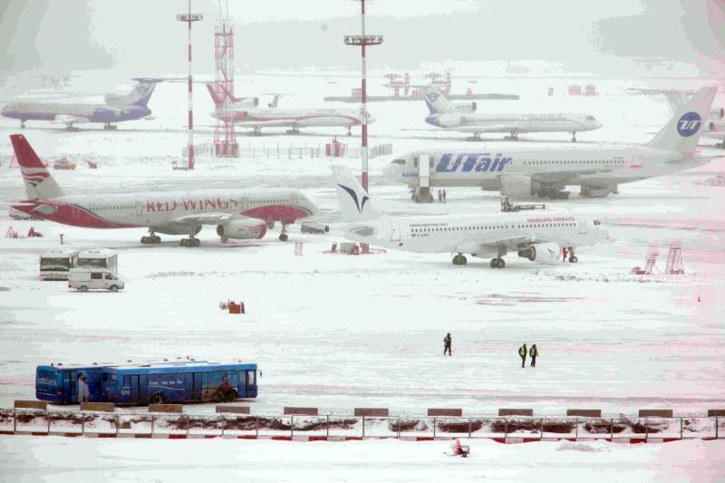 Десятки авиарейсов отменили в столичных аэропортах