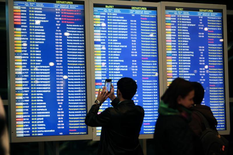 Десятки авиарейсов задержаны в аэропортах города