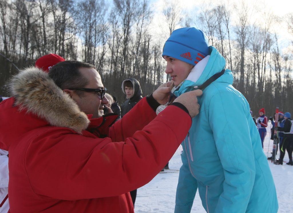 Префект ТиНАО Дмитрий Набокин награждает одного из победителей гонки. Фото: Виктор Хабаров