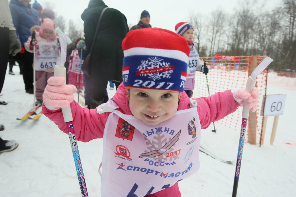 Маленькая, но какая настойчивая. Трехлетняя Ева Токарева приняла участие в своих первых лыжных соревнованиях в Вороновском. Фото: Виктор Хабаров