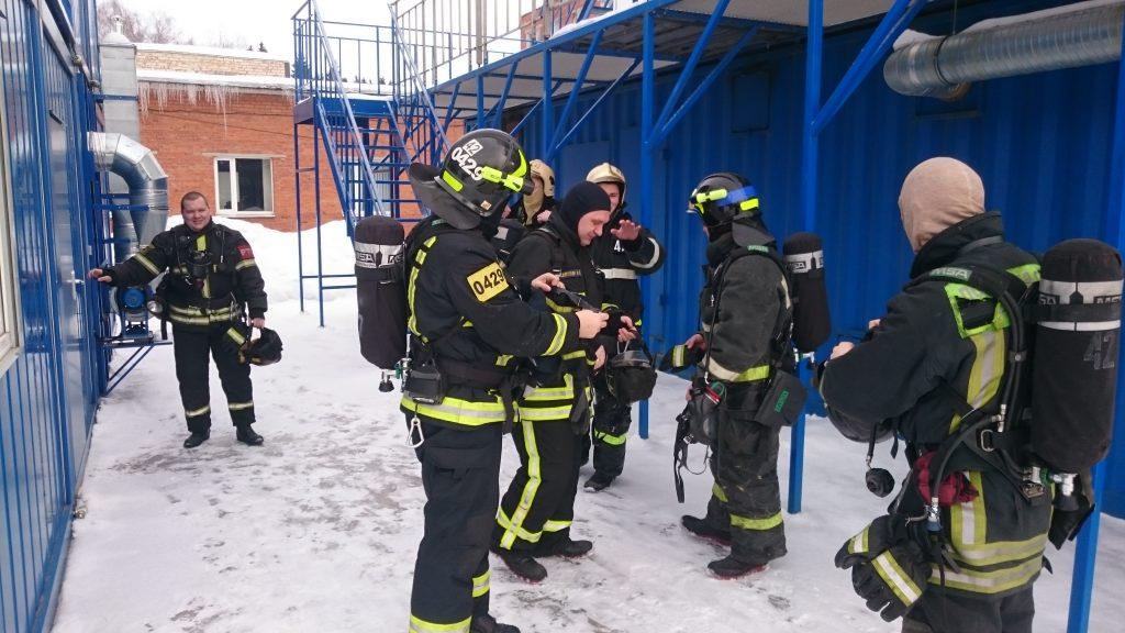 Тренировки в непригодной для дыхания среде провели пожарные Коммунарки