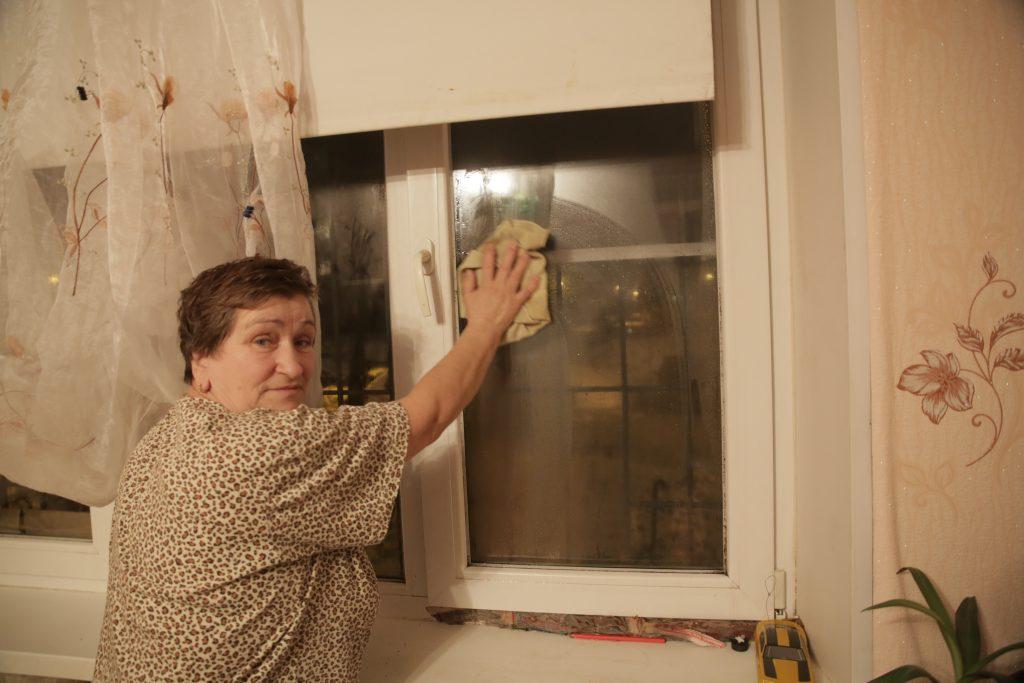 Тамара Моисеева показывает, насколько запотевают окна в квартире. Фото: Сергей Шахиджанян