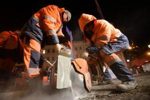 Ночной ремонт дороги. Замена асфальтового покрытия, канализационных люков и бордюрного камня.