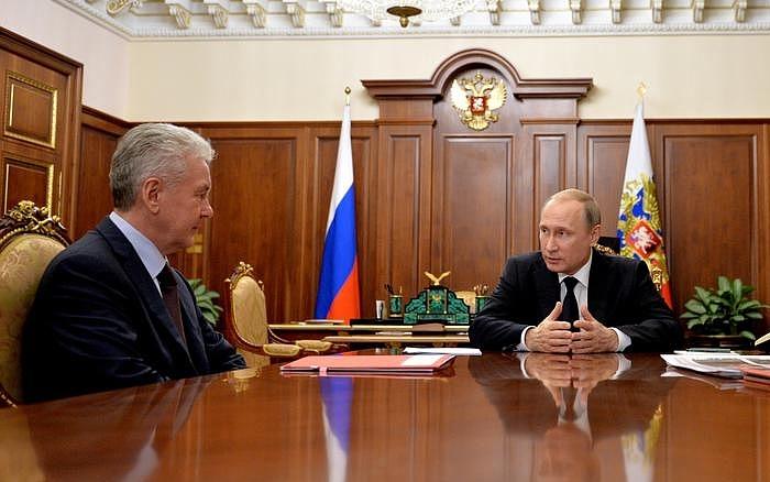 «Я знаю настроение москвичей»: Путин поручил Собянину снести «хрущевки»
