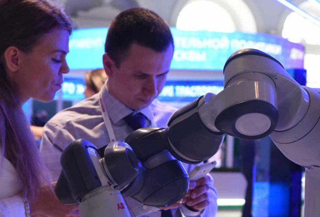 Робот-блинопек с ВДНХ ждет москвичей на Масленицу