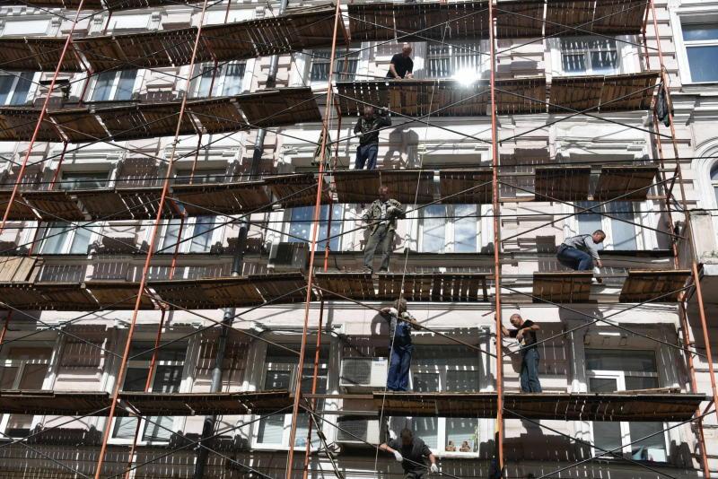 Строительные леса рухнули на жилой дом в центре Москвы
