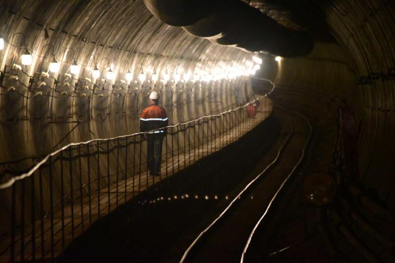 Монтаж рельсов начали в правом тоннеле между «Рассказовкой» и «Новопеределкино»