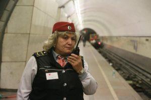 Полицейские незамедлительно вытащили пенсионерку на платформу. Фото: Антон Гердо