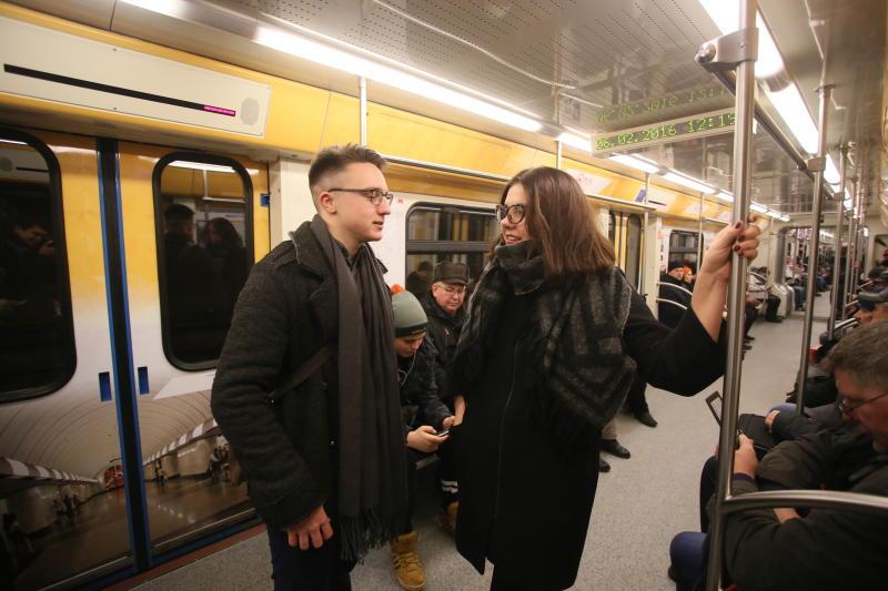 Москвичей просят снимать рюкзаки в метро