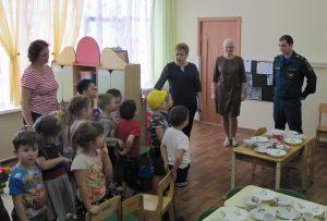 Ученики Роговской школы поздравили спасателей с наступающими праздниками. Фото: Управление МЧС по ТиНАО
