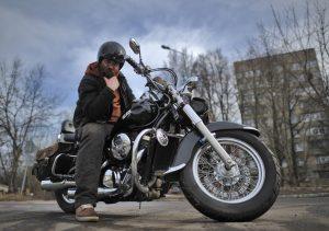 15 марта 2017 года. Троицк. Байкер Алексей Коробов совершает первую поездку по городскому округу в этом году. Фото: Александр Кожохин.