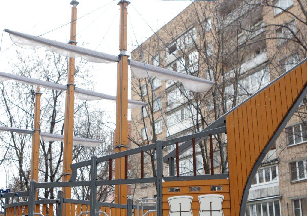 Гигантский корабль-веранда с горками «причалит» в Роговском