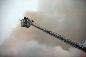 Более 20 человек спасли пожарные из квартиры на северо-востоке Москвы