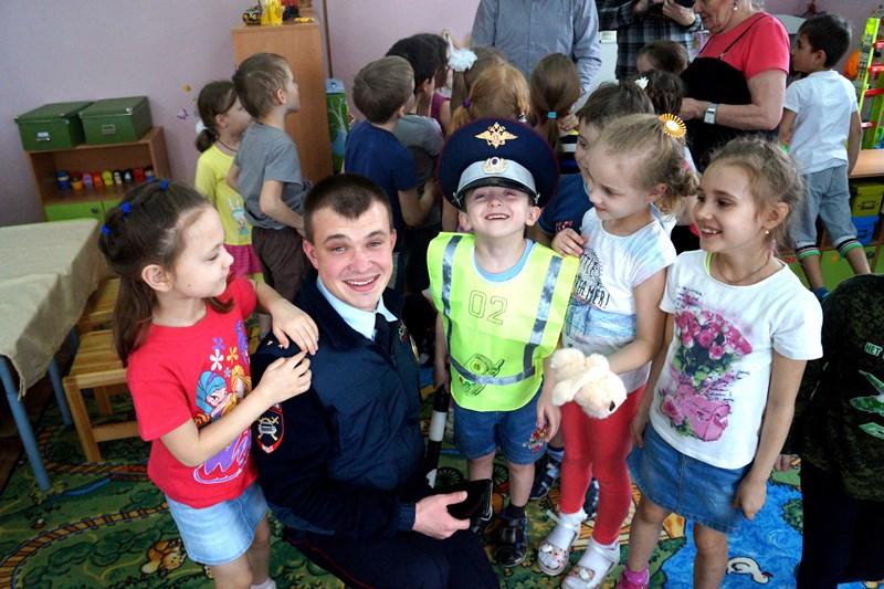 Сотрудники ДПС посетили детский сад и рассказали о правилах дорожного движения
