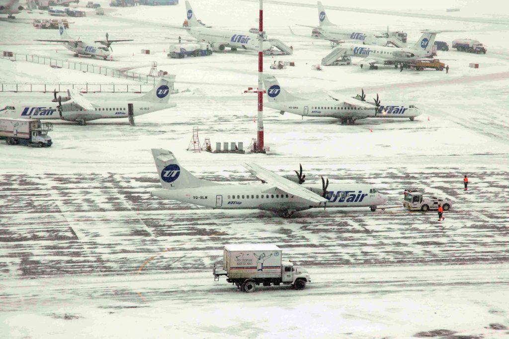 Зима вернулась: три аэропорта Москвы отменили и задержали 23 рейса