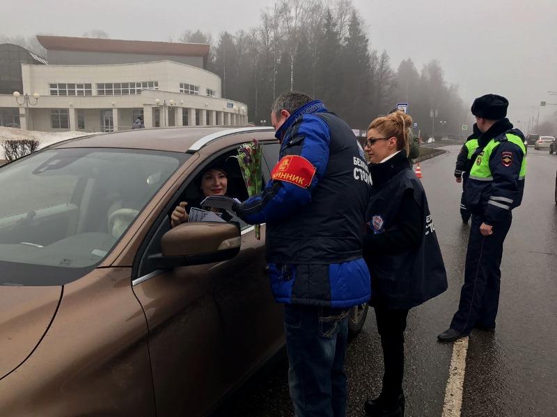 Сотрудники дорожной полиции поздравили автолюбительниц с праздником