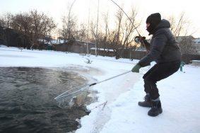 Провалившегося под лед рыбака спасли на западе Москвы