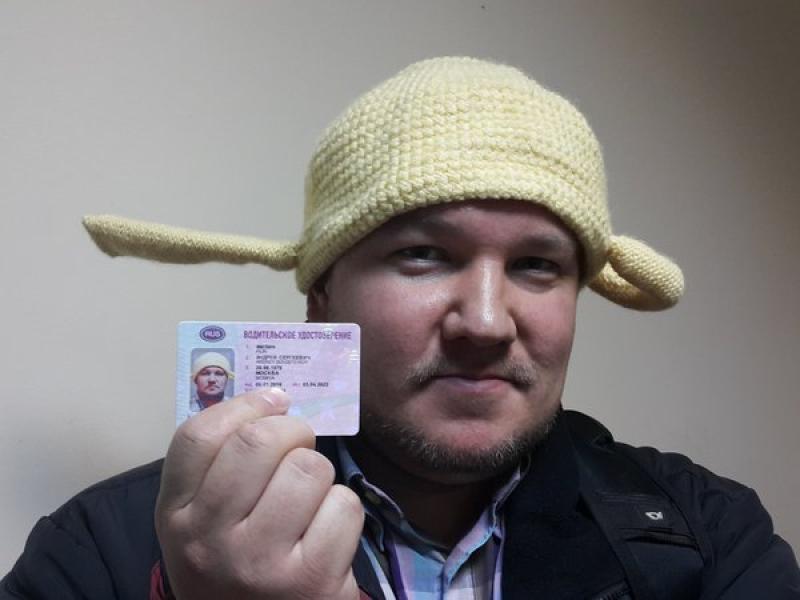 Судебные приставы разыскивают владельца водительских прав с фотографией в дуршлаге