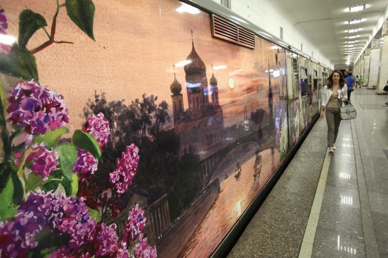 Поезд «Акварель» с новой экспозицией запустили на «синей» ветке метро