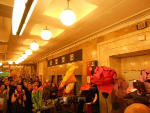 Пассажиркам на станции метро «Комсомольская» к 8 марта вручили тюльпаны