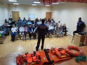 Спасатели Новой Москвы рассказали школьникам о безопасности на воде. Фото: пресс-служба Управления МЧС по ТиНАО