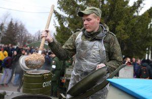 А вот и солдатская каша готова. Может и не такая вкусная, как у мамы, зато навариста и питательна. Фото: Владимир Смоляков