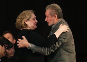 Вдова поэта Мария Новикова принимает соболезнования от Вениамина Смехова. Евгений Биятов/РИА Новости